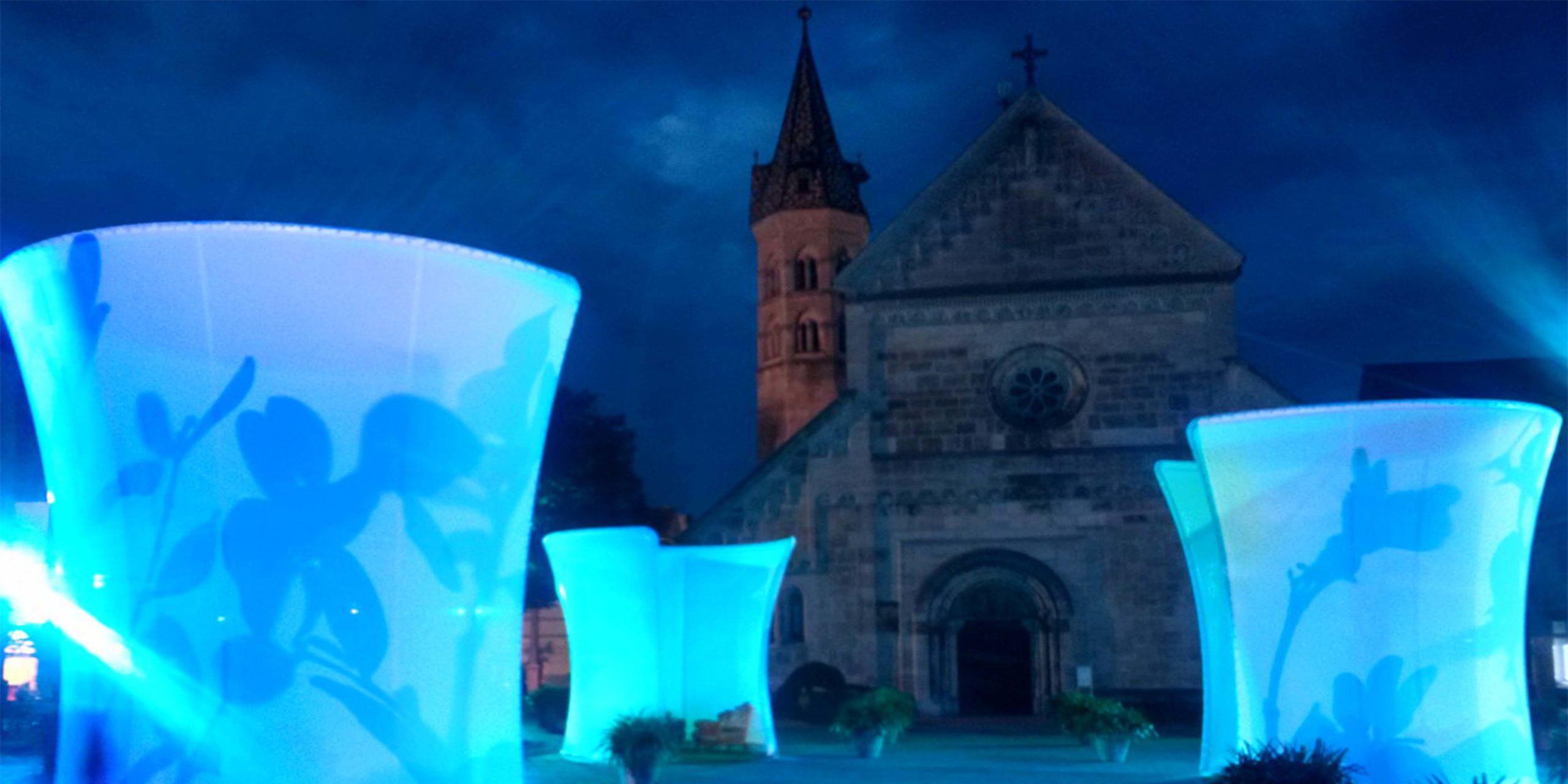Die Salons bei Nacht in blauer Beleuchtung vor der Kathedrale